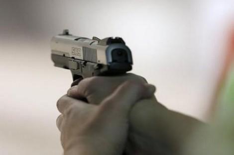 الرصاص لتوقيف شخص عرض عناصر الشرطة للخطر..