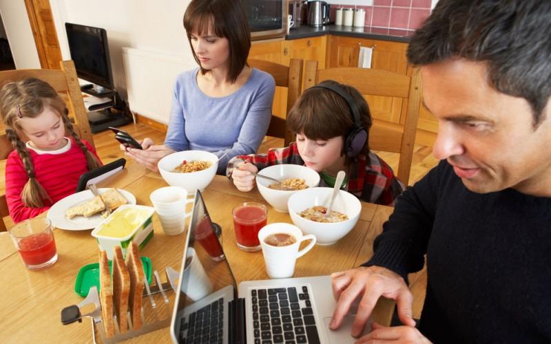 العائلات تمضي نصف وقتها وقت العشاء مشتتة الإهتمام بسبب الأجهزة الإلكترونية