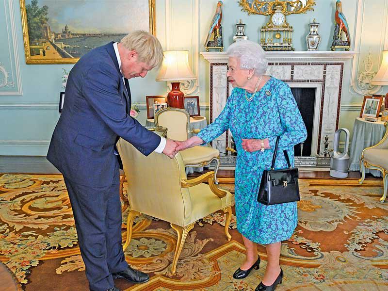 ملكة بريطانيا تتهم السياسيين