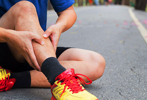 آلام الساق قد تكون علامة على هذا المرض