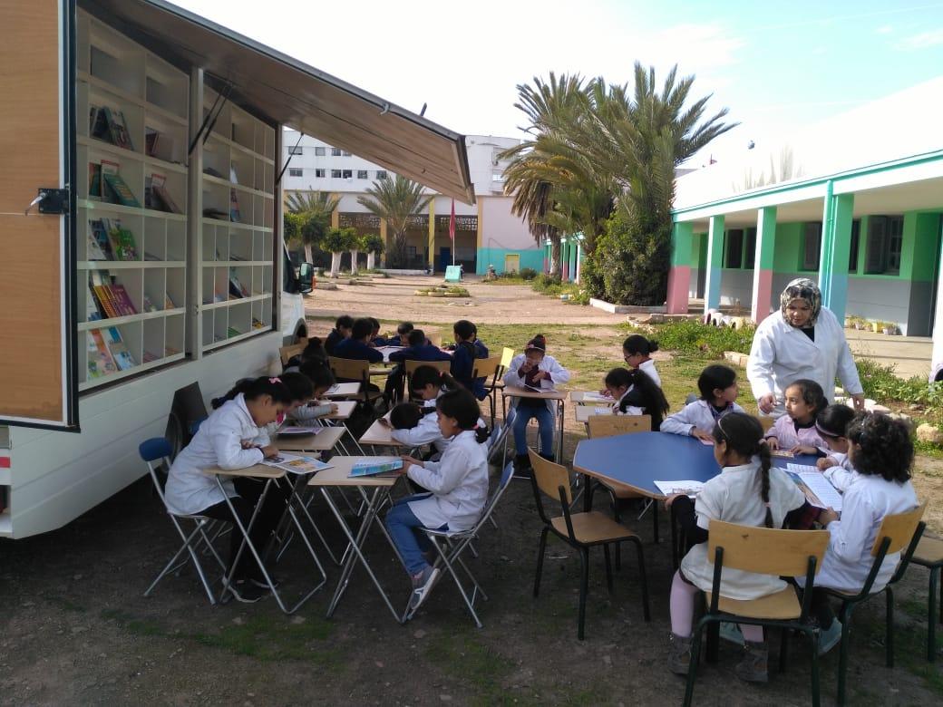 مشروع نموذجي.. وحدة مكتبية متنقلة تجوب مدارس عين الشق