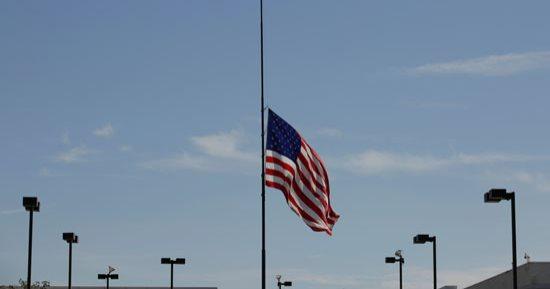 الرئيس الأمريكي يأمر بتنكيس الأعلام 3 أيام حدادا على أرواح ضحايا فيروس كورونا