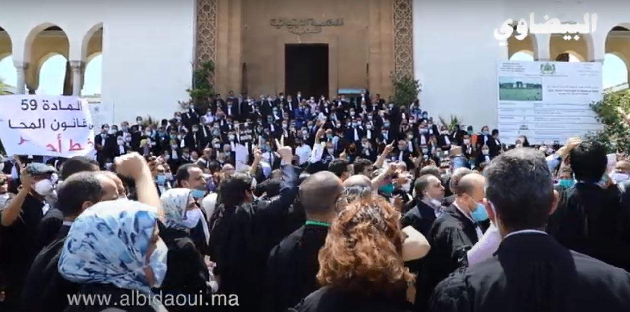 شُوف علاش المُحامين دارُو الوَقفَة وخَّا كايْنْ الحجْر الصحِي..