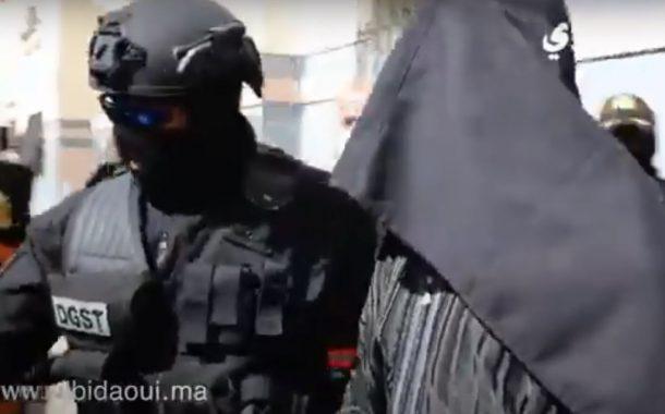 شوف لحظة إخراج أحد المتهمين في خلية تمارة الإرهابية..