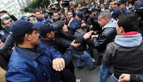 باحث جزائري.. الجزائريون يقفون