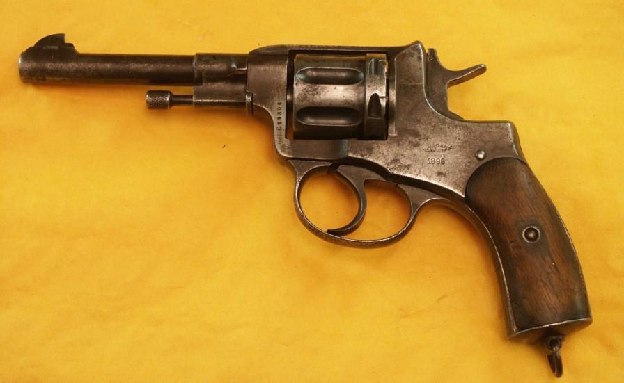 رحلة لبيع مسدس قديم تنتهي بالتحقيق داخل مخفر للشرطة