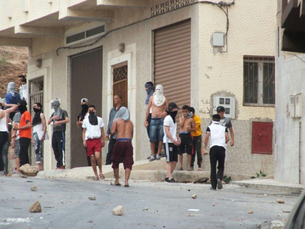 ملثمون يتحدون قرار منع مسيرة الخميس بالحسيمة ويصيبون 72 عنصرا من القوات العمومية