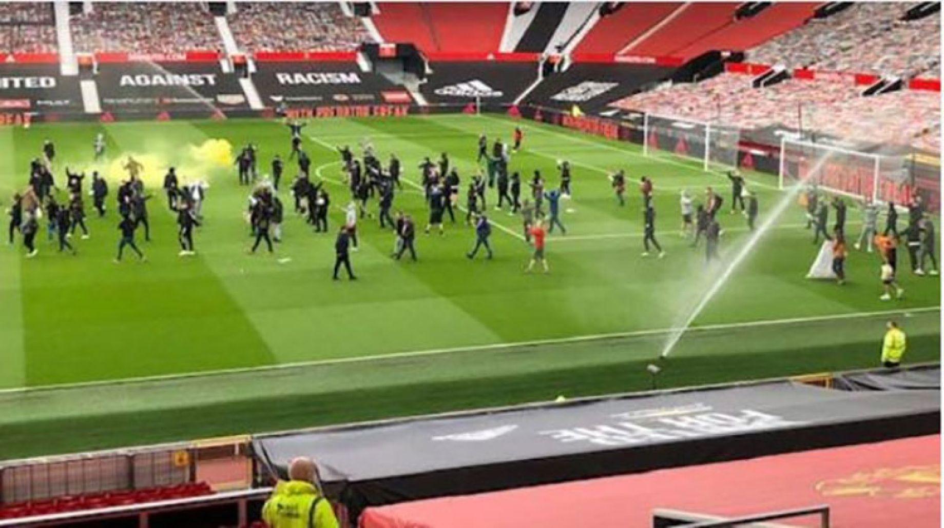 مانشستر ليفربول.. تأجيل المباراة عقب اجتياح الجمهور للملعب