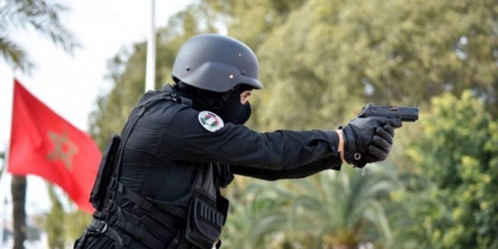 العيون.. موظف شرطة يضطر لاستعمال سلاحه