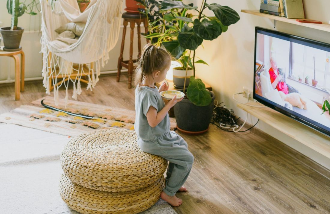 دراسة تحذر من مشاهدة التلفزيون وتناول الطعام في نفس الوقت
